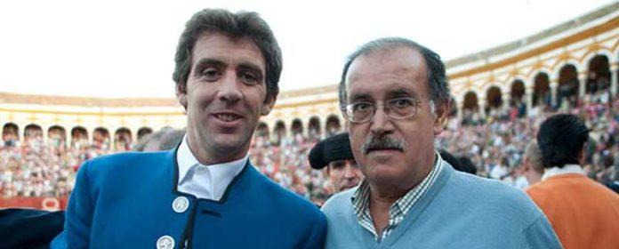Paco Moreno junto a Hermoso de Mendoza en el callejón de la Maestranza. (FOTO: Matito)
