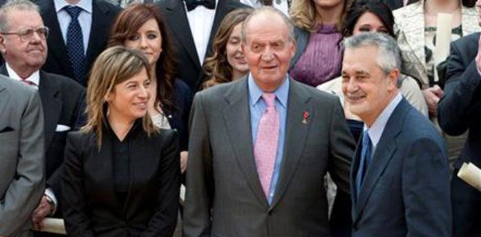 El Rey, entre la ministra de Igualdad, Bibiana Aído, y el presidente de la Junta, José Antonio Griñán. (FOTO: EFE)