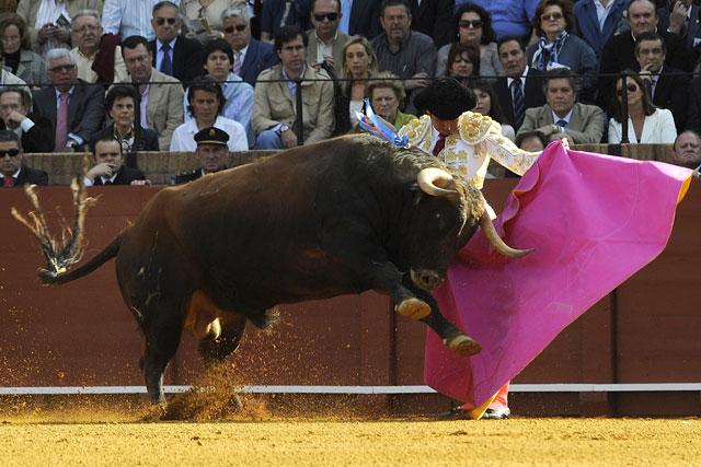 Salvador Vega lancenado de capa al primero: ¡bieeeenn! (FOTO: Matito)