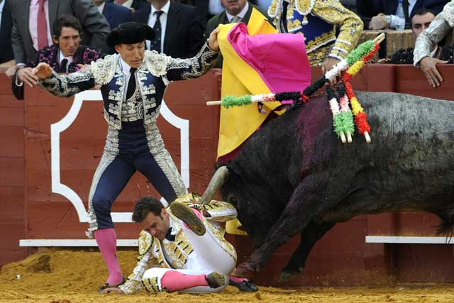 El toro de Victorino lo tiene a su merced durante algunos segundos.