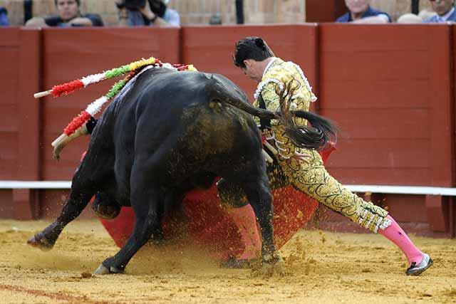 El inicio de faena del torero riojano, debutante hoy.