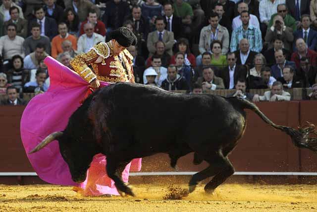 Quite por chicuelinas de Nazaré al primer toro de Oliva Soto.