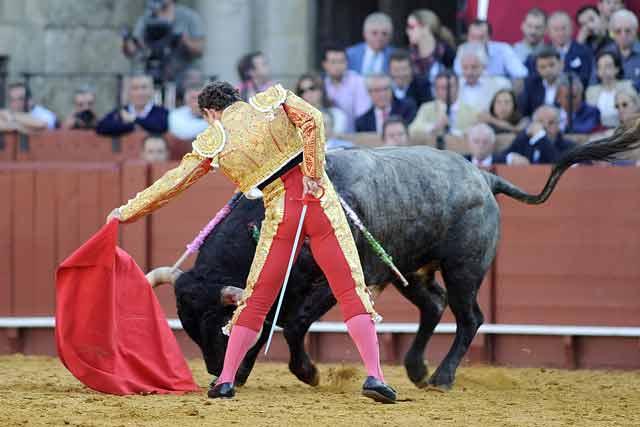 Rafaelillo tuvo que tragar tela con su primer toro.