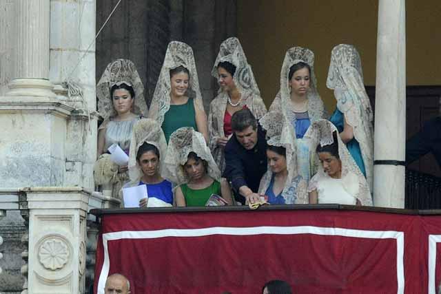Secando la baranda del palco de mujeres maestrantes con mantillas. (FOTO: Matito)