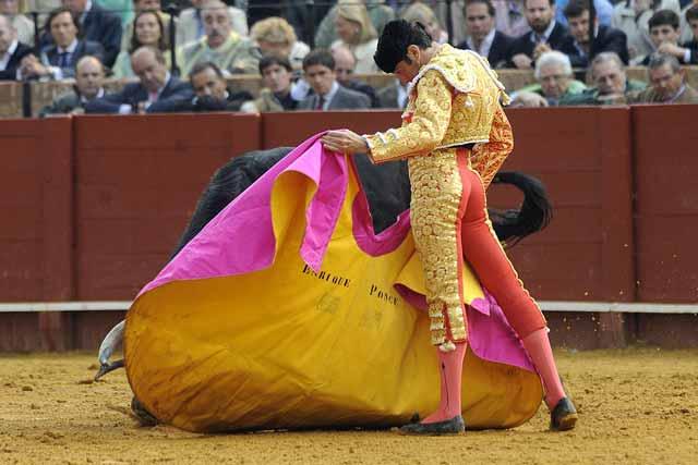 Ponce, que tuvo que parar cuatro toros, estirándose con el cuarto bis.