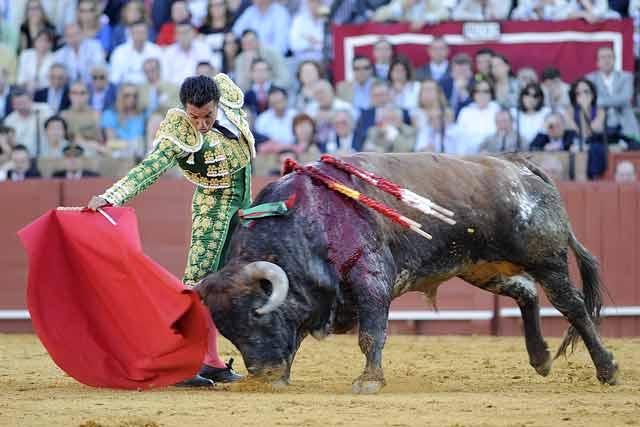 La maestría del de Fuenlabrada terminó por meter al toro en el canasto.