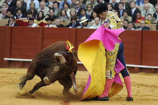 Salvador Cortés se abre de capa ante el tercero.