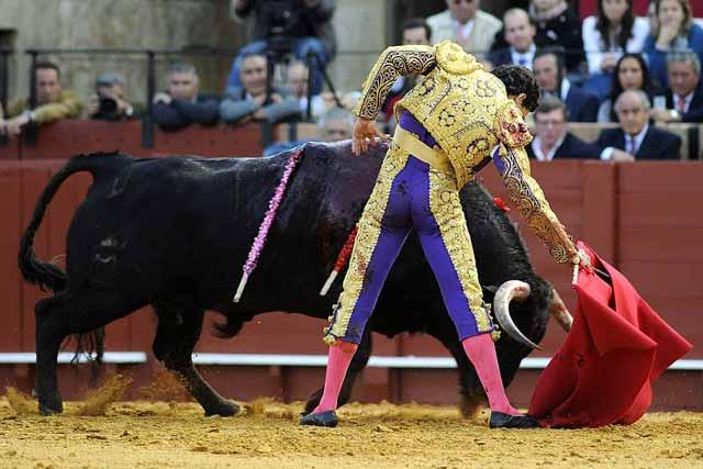 Toreo de mano baja con un toro que nunca fu fácil.