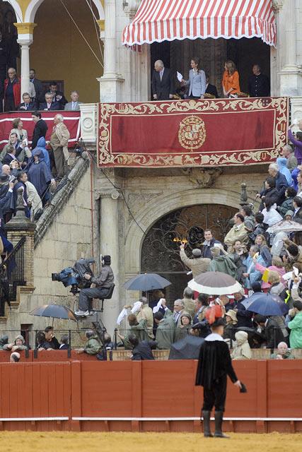 La Infanta Elena sigue pidiendo la segunda oreja, con el toro ya arrastrado.