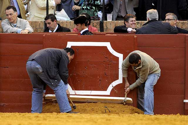Los carpinteros de la plaza, tan eficaces como meticulosos en su tarea. (FOTO: Matito)