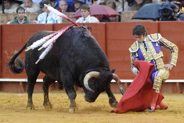 Sebastián Castella se pasa por bajo al toro en el inicio de faena al segundo.