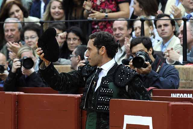 Luis Mariscal corresponde con un saludo a la gran ovación.