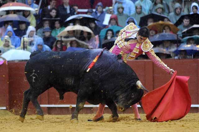 Miguel Ángel Perera intenta alargar la embestida del tercero.