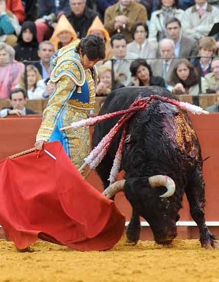 El toro es el que gira.
