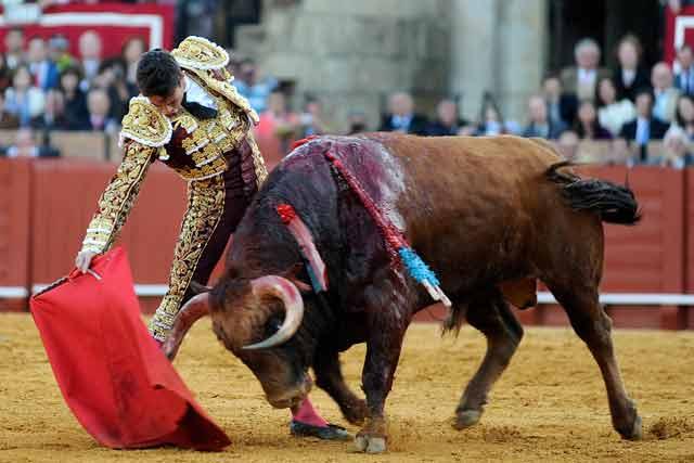 Toro y torero fueron a más.
