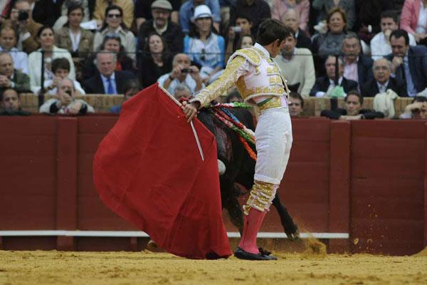 Pase cambiado por la espalda de Arturo Macías para abrir faena al segundo. (FOTO: Matito)