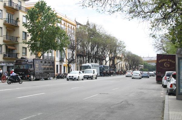 El Paseo Colón sevillano, poblado de camiones toreros.