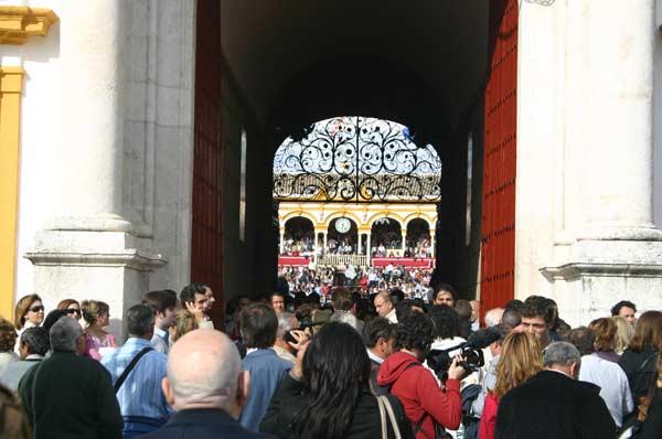 Exterior de la Puerta del Príncipe, cinco minutos antes de empezar. (FOTO: Javier Martínez)