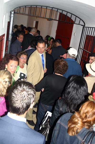 Colapso en los corredores interiores de la plaza. (FOTO: Javier Martínez)
