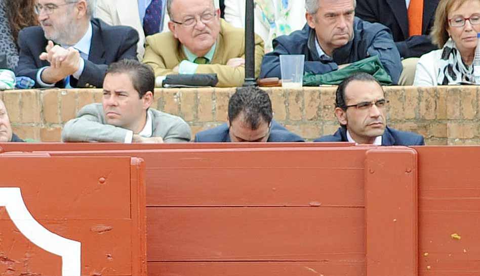 Mientras fotógrafos taurinos se quedan sin sitio para trabajar en el callejón, el marido de la delegada de la Junta, 'de válvula' y en primera fila.