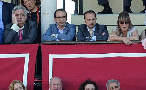 El marido de la delegada de la Junta en Sevilla, en la grada reservada a cargos de la Delegación esta tarde. (FOTO: Sevilla Taurina)