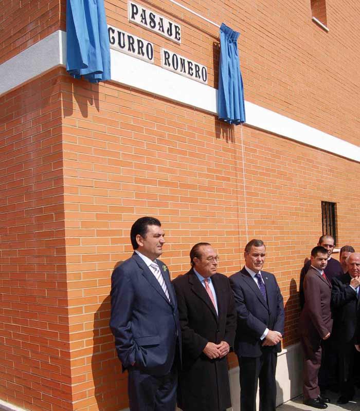 Curro, junto al presidente de su peña en Écija y el alcalde. (FOTO: Toros para todos)