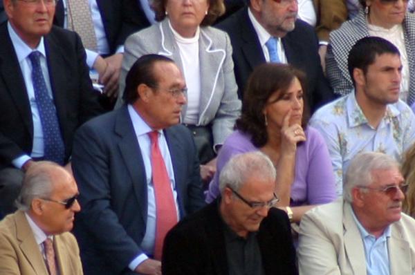 Curro Romero y su mujer, Carmen Tello, atentos a la lidia. (FOTO: Javier Martínez)