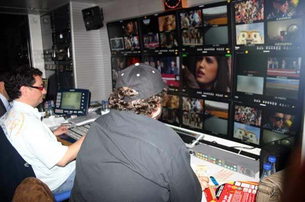 Interior del cuadro de realización de los compañeros de Digital Plus en la Unidad Móvil. (FOTO: Javier Martínez)