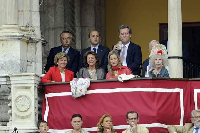 La duquesa de Alba, excelente aficionada, en barrera. (FOTO: Javier Martínez)