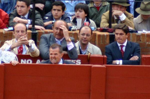 El equipo de El Cid mientras torea lo dice todo: Joaquín Moeckel prefiere ni mirar, Manuel Tornay medio se tapa los ojos, y Santi Ellauri y el mozo Pepe Valiente aprietan los dientes. (FOTO: Javier Martínez)