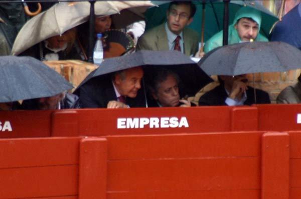 El empresario ramón valencia aguanta el chaparrón. (FOTO: Javier Martínez)