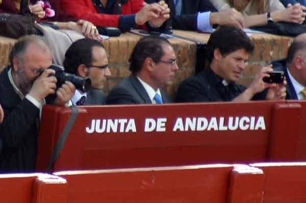 Dos nuevos fotógrafos en el burladero de la Junta; uno, hasta cura. (FOTO: Sevilla Taurina)