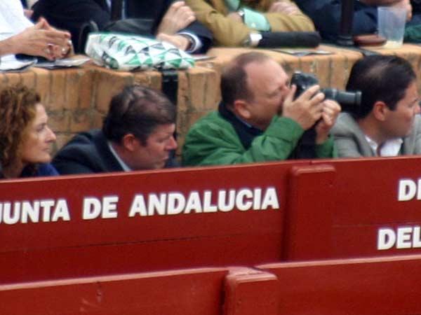 ¿Otro veterinario aficionado a la fotografía? A su lado, el Jefe de Servicio de Espectáculos de la Junta en Sevilla, José Antonio Delgado. (FOTO: Sevilla Taurina)