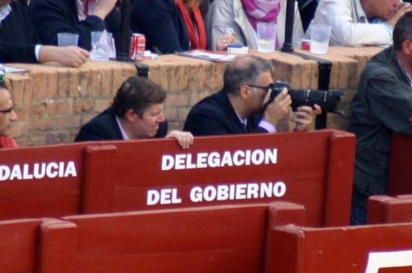 Junto al Jefe de Servicio de Espectáculos, en el burladero de la Junta, se disparan fotos con una máquina profesional. (FOTO: Javier Martínez)