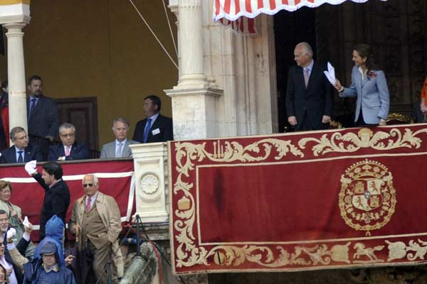 La Infanta Elena insiste en solicitar la segunda oreja del primero al presidente Paco Teja. (FOTO: Matito)