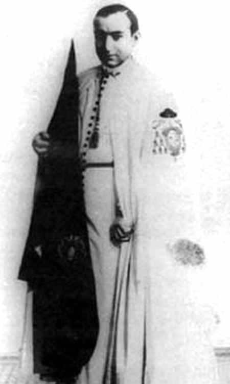 Joselito, vestido de nazareno de la Hermandad de la Macarena.