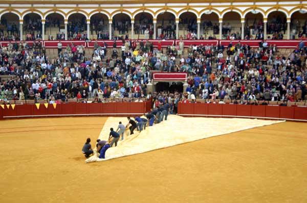 La lona protectora del ruedo, un gran acierto de la empresa Pagés. (FOTO: Javier Martínez)