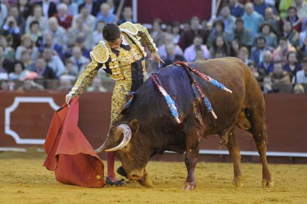 El gran toro sexto posibilitó muletazos de Manzanares tan bellos como este. (FOTO: Matito)