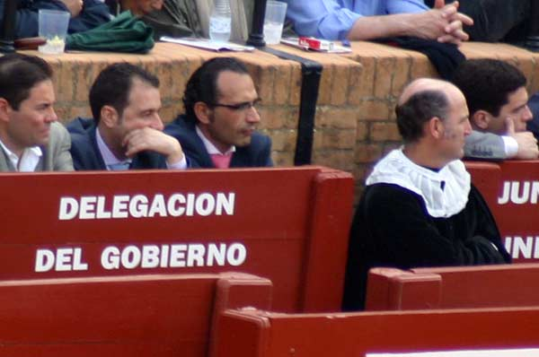 El marido de la delegada Carmen Tovar, con gafas, en el burladero oficial de la Junta. (FOTO: Sevilla Taurina)