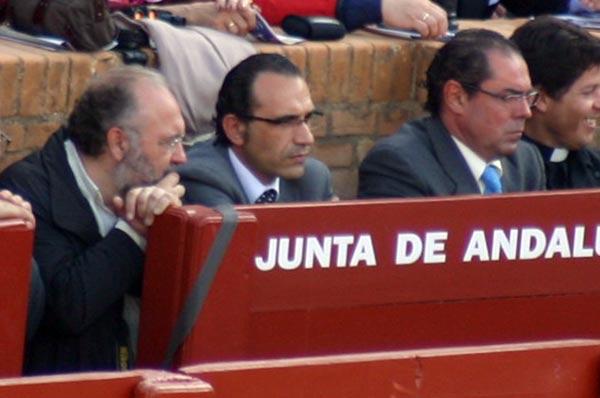 El marido de la delegada Carmen Tovar -en el centro, esta tarde-, casi toda la Feria en el burladero de la Junta de Andalucía. (FOTO: Javier Martínez)