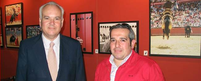 Matito, a la derecha, junto al teniente hermano mayor de la Maestranza en una exposición gráfica.