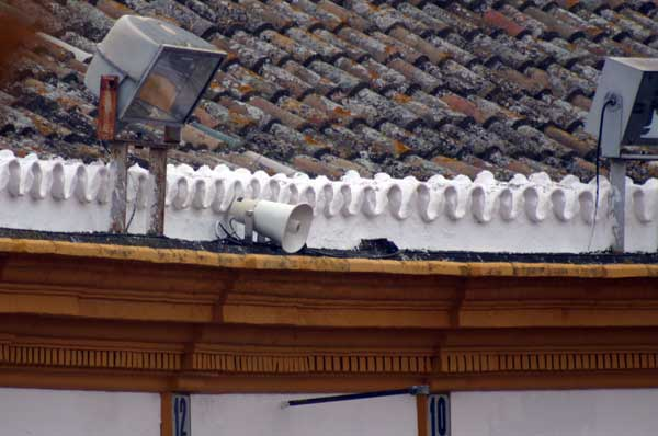 Los pequeños altavoces camuflados en los tejadillos de la plaza. (FOTO: Javier Martínez)