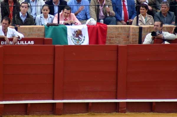 No se permiten pancartas, pero sí la enseña nacional mexicana. (FOTO: Javier Martínez)