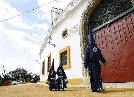 Nazarenos en la Maestranza.
