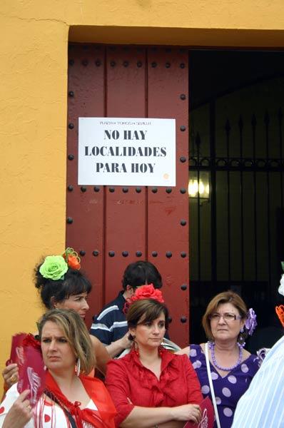 Los mediáticos siempre llenan. En los pueblos...y en Sevilla (FOTO: Javier Martínez)