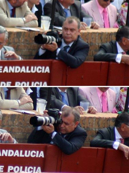 ¿Un nuevo aficionado a la fotografía profesional en el burladero oficial de la Junta? Este hace ya el cuarto o quinto... y mientras, varios fotógrafos profesionales taurinos de toda la vida fuera del callejón. (FOTO: Javier Martínez)