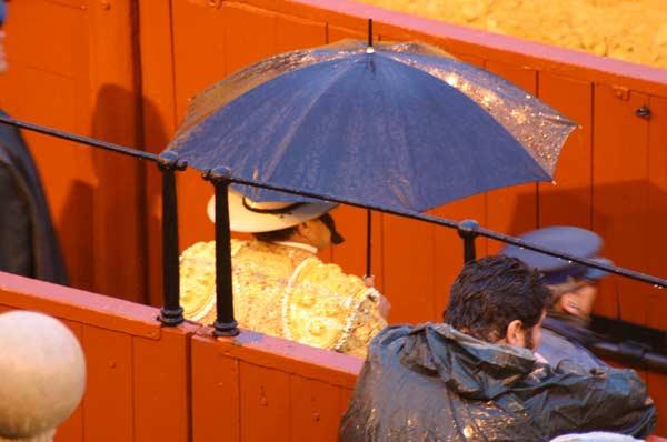 Un picador con paraguas: no es lo más taurino... (FOTO: Javier Martínez)