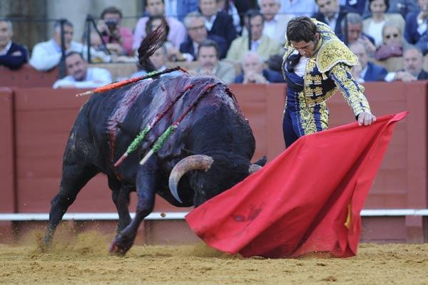 Juan José Padilla en un buen natural al sobrero del Conde de la Maza. (FOTO: Matito)