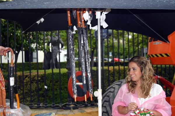Los paraguas, producto más vendido. (FOTO: Javier Martínez)