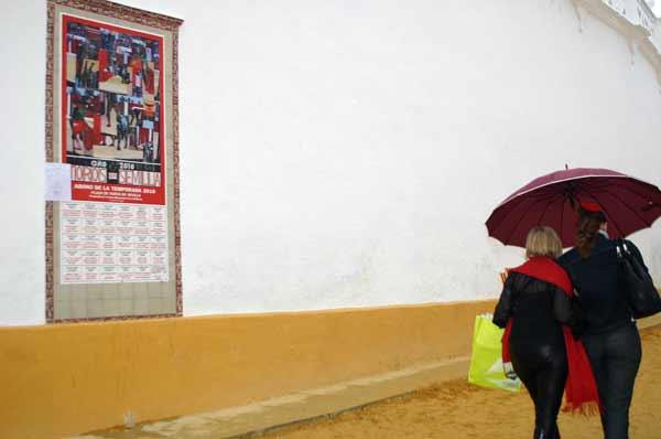 Día de agua en Sevilla, tarde poco taurina. (FOTO: Javier Martínez)